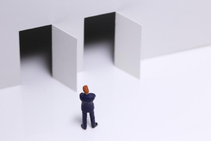 2つのドアのどちらに進むべきか
