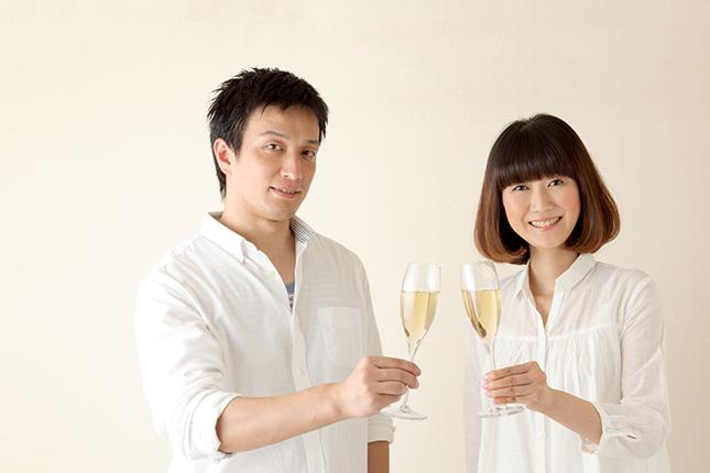 シャンパンで乾杯する夫婦