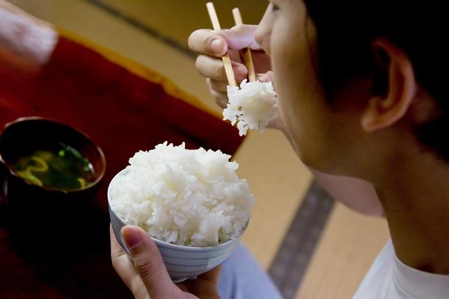 白米を食べる男性