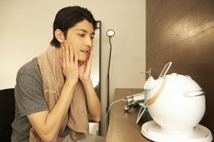 美顔器を使う男性