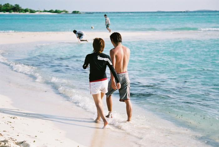 浜辺を歩くカップル