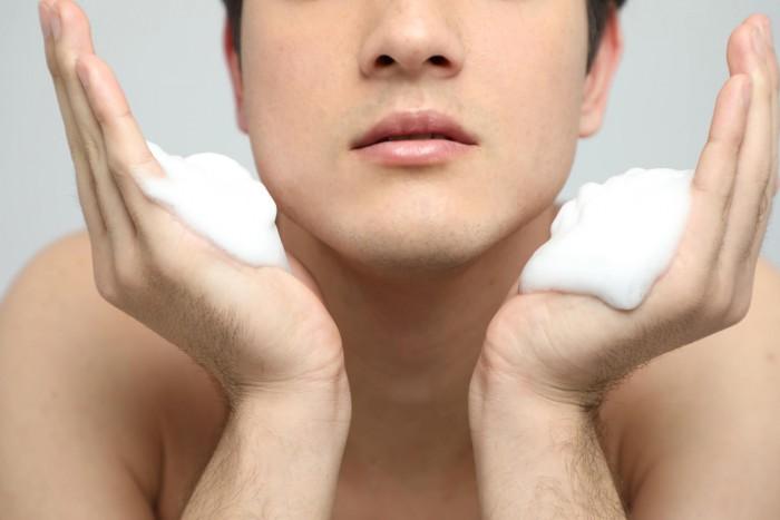 洗顔をする男性